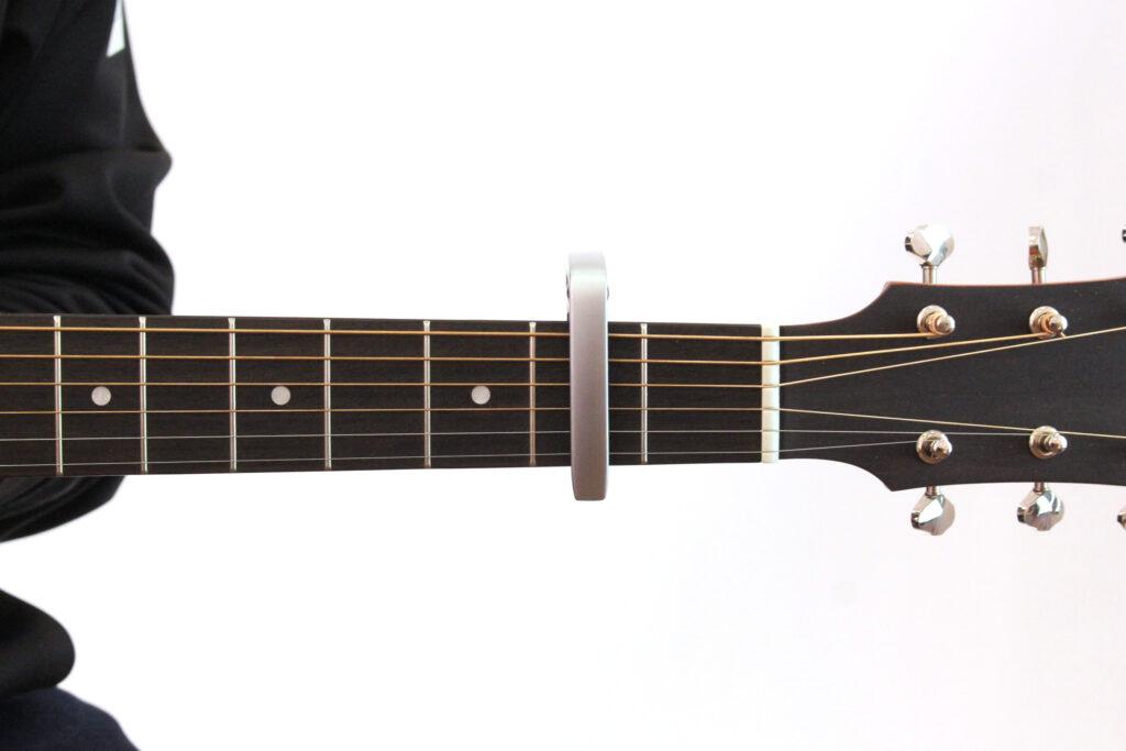 ギターカポをアコースティックギターの2フレットに装着したところ