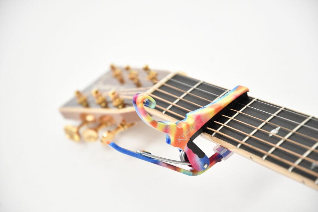 ギターに取り付けたカポタスト