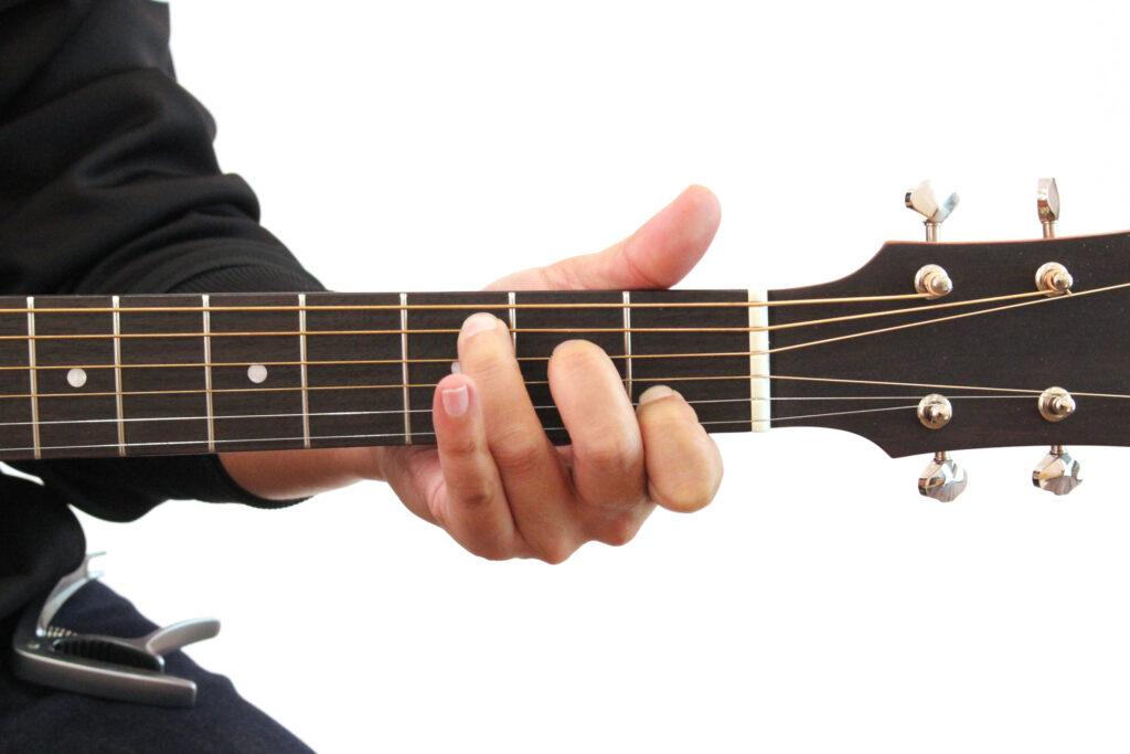 アコースティックギターでCのコードを押さえたところの画像
