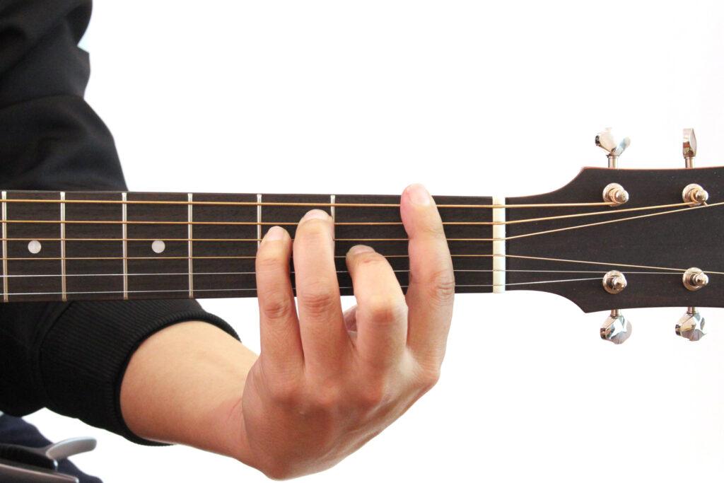 アコスティックギターでFのコードを押さえたところの画像