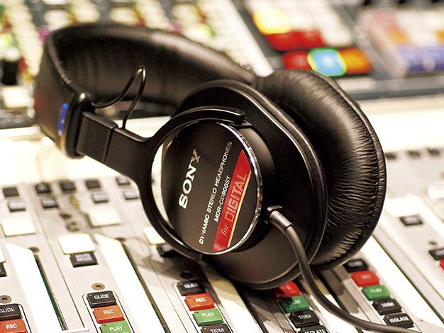 ミュージシャンが使っている赤いライン入りのヘッドフォンは何?