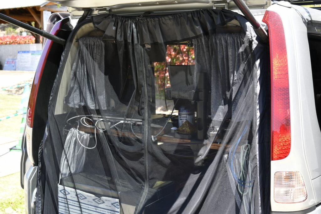 メッシュカーテンで、夏場も風通しの良い状態で製作に集中できる