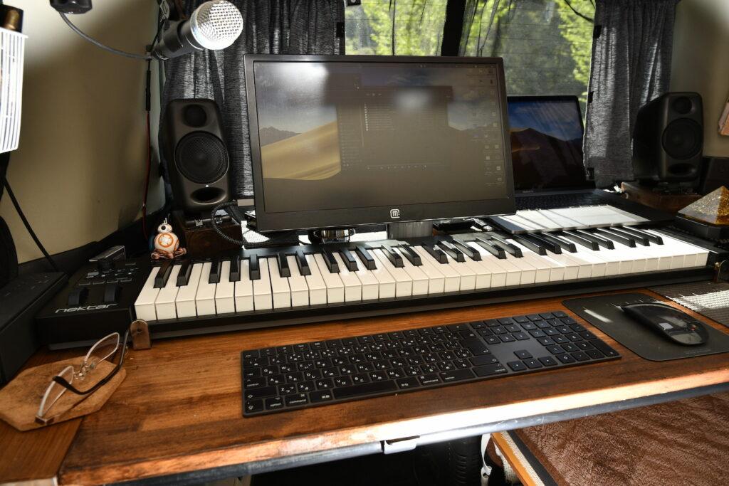 NekterのMIDIキーボードとモニター