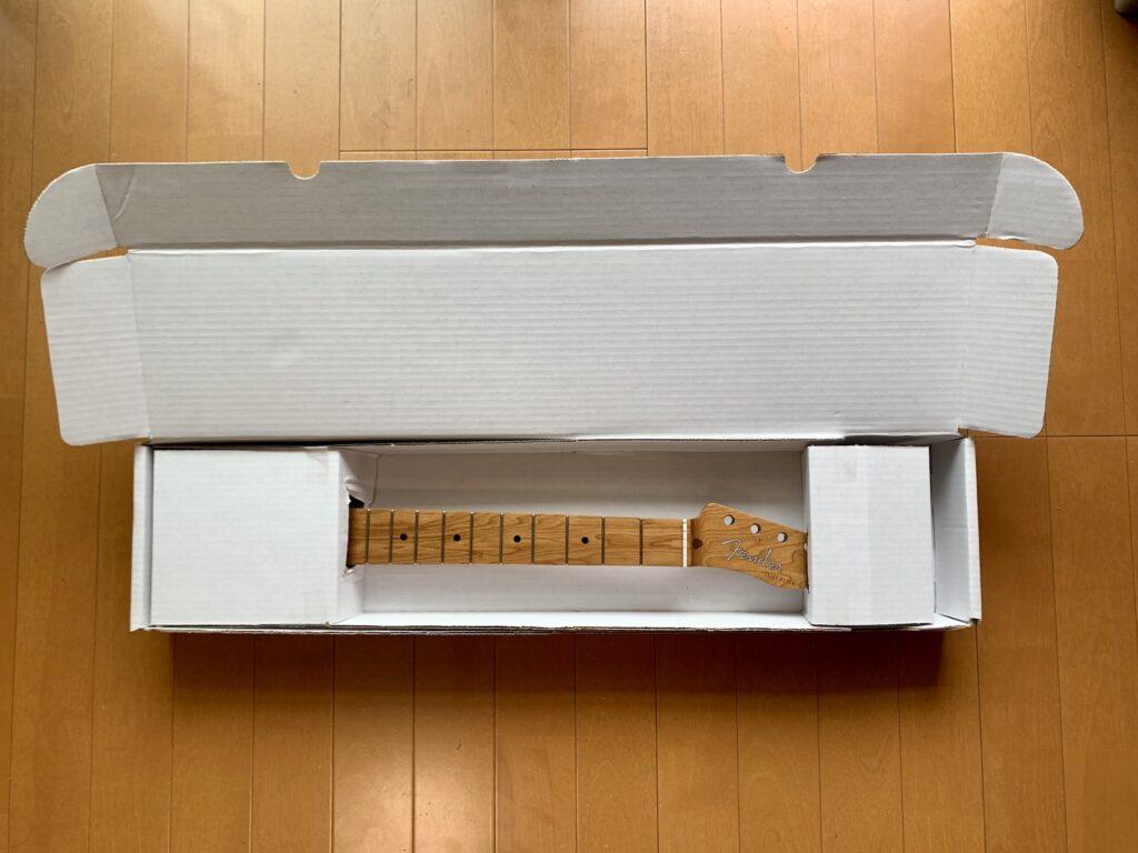 フェンダーのローステッドメイプルネックが入った箱を開封した