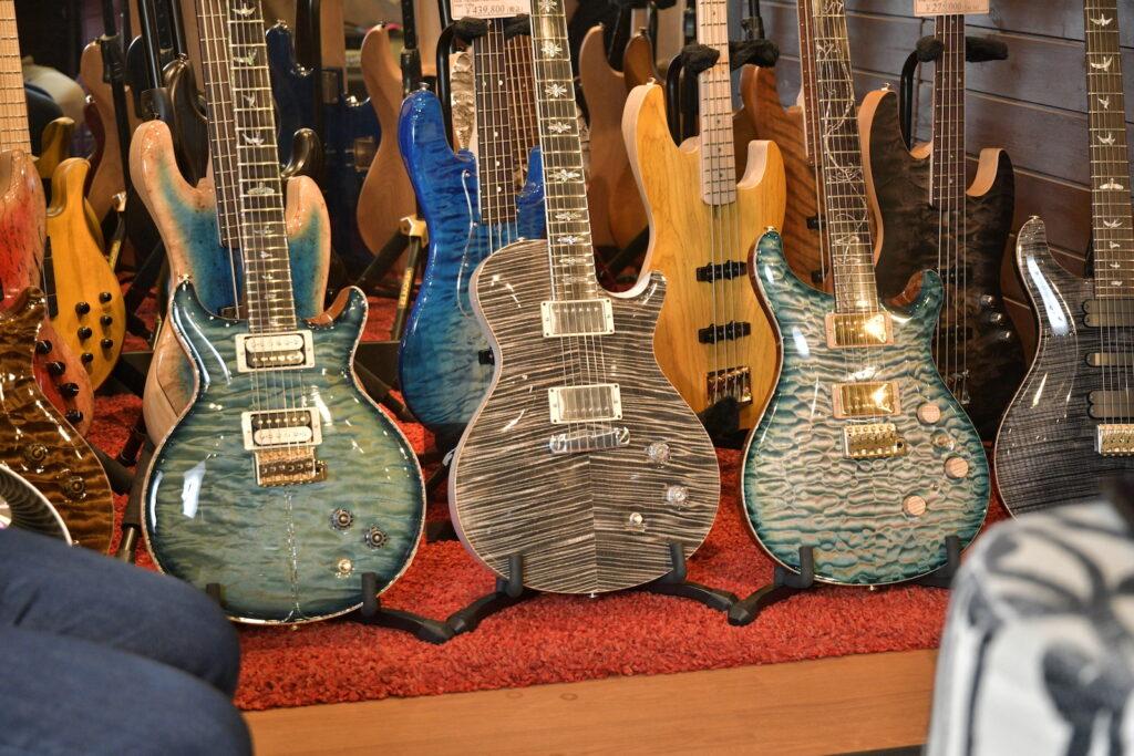 ボトムズアップギターズ福岡サンパレス展にならぶポールリードスミス