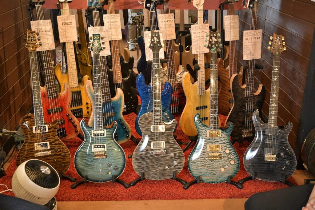 Bottom's Up Guitarsに展示されているギターやベースたち