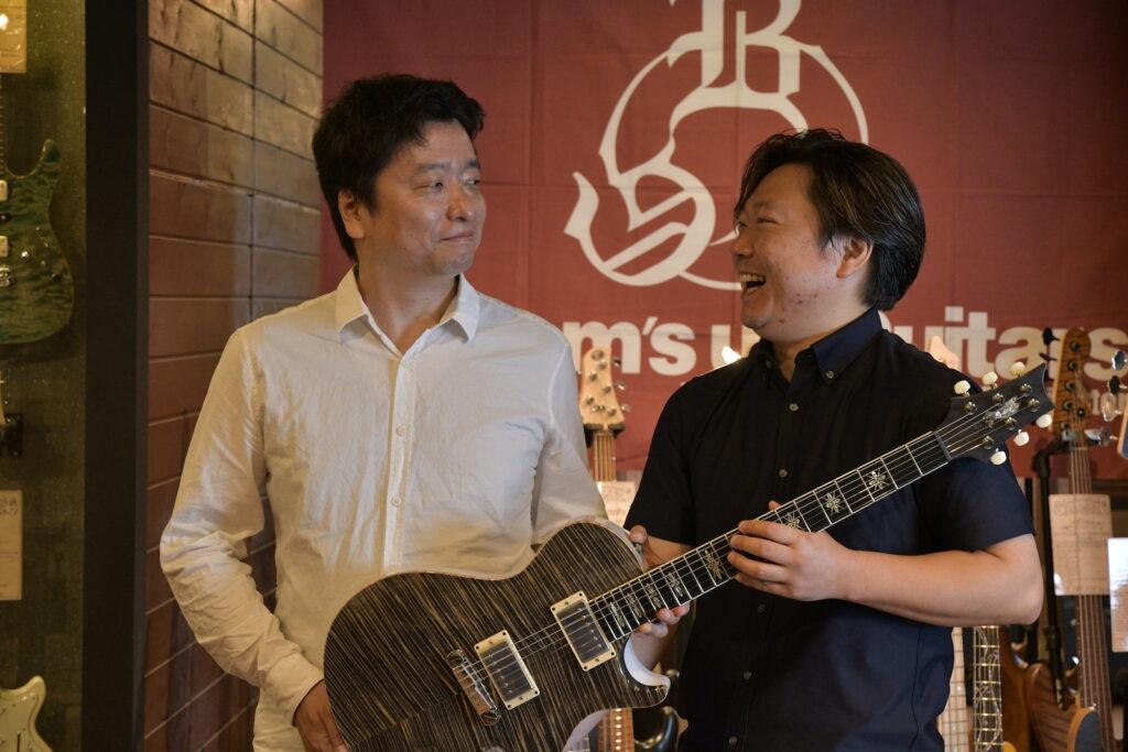 ポールリードスミスのギターを手にする重浦氏と中原