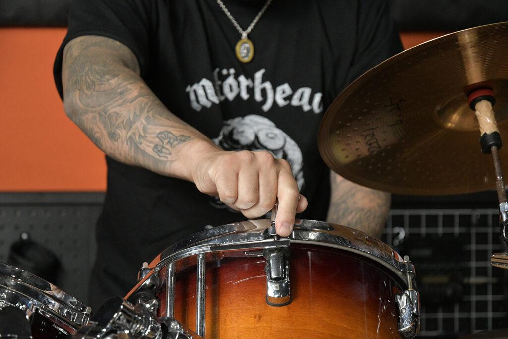 ドラムをチューニングする有松益男氏